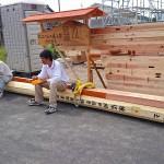 材料運搬応援の大工さんにも来てもらってます。